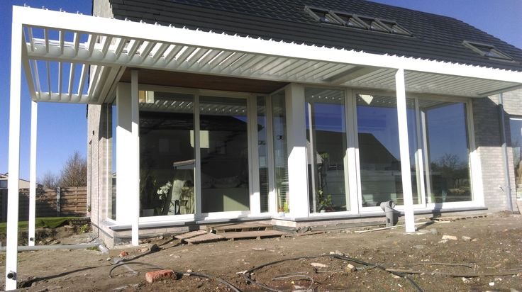 Luifel met beweegbare lamellen en verlichting geplaatst door Horpirol - houtskeletbouw lage EPC passief woning