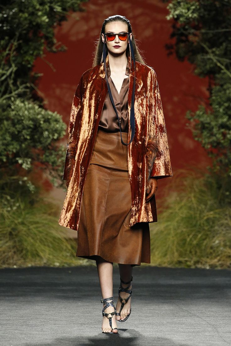 Chaqueta midi terciopelo ochre Falda midi de napa envejecida Camisa marrón de seda natural