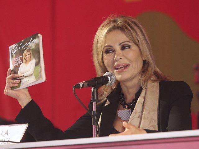 """La conductora de televisión también presentó """"El éxito está en tus manos"""", un libro de autoayuda. La presentación lo realizó Mávila Huertas."""