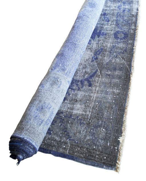 Blauw geverfd Perzisch tapijt (220x330) is door zijn look goed te combineren met hedendaagse en vintage meubels zoals een strakke bank van Italiaanse design, mid-century meubels  van Eames of een leren fauteuil van Leolux Alles kan!