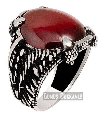 Akik Taşlı 925 ayar Gümüş Erkek Yüzük Kartal Pençeli - Kırmızı akik taşının tüm zarafetiyle göz dolduran son zamanların en gözde gümüş erkek yüzüklerinden biri olan kartal pençeli erkek yüzüğün kenarları kartal kanatlarını anımsatan kabartma desenler içerir, 925 ayar gümüş erkek yüzüğün ağırlığı 14-18 gr üstü  ise 2 , 3 x 1 , 9 cm ölçülerindedir.  925 ayar gümüş kartal pençeli erkek yüzüğüne ücretsiz kargo ile 2 gün içinde yapılan teslimatla kısa sürede sahip olabilirsiniz . Gümüş takı ile…