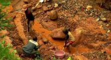 Oro, diamanti, rame, coltan, cobalto... Le miniere del Paese sono piene di metalli preziosi. Che scatenano un duplice saccheggio: il primo tra le multinazionali con l'appoggio del governo di Kinshasa, il secondo di frodo, ad opera di migliaia di persone, minatori e contrabbandieri. Ma a guadagnare in questa guerra allo sfruttamento è sempre e solo l'Occidente
