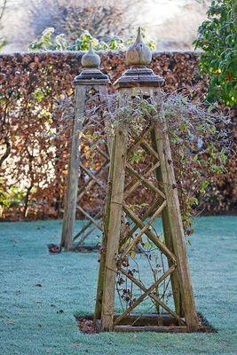 form in the winter garden ~ obeliskes en bois