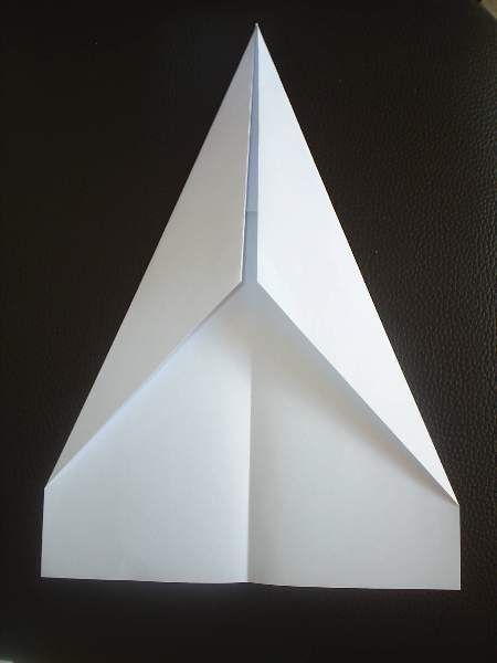 Papierflieger falten Schritt 2