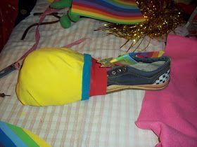 Realizamos los zapatos de payaso: Cortamos una plantilla de cartón y pegamos la zapatilla encima y formamos la punta con bollitos de diario ...