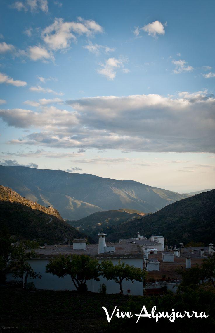 Poqueira y Sierra de Lújar alumbradas al atardecer, desde Bubión. Vive Alpujarra