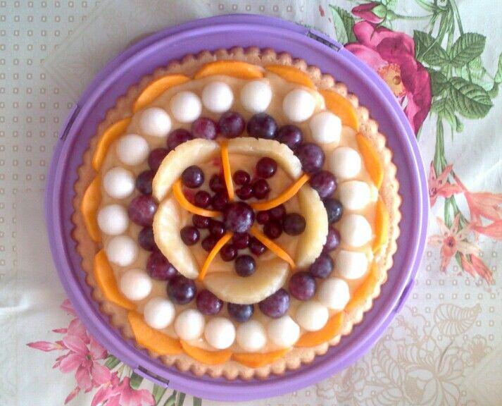 Crostata di frutta: melone, uva, pesche e amarene