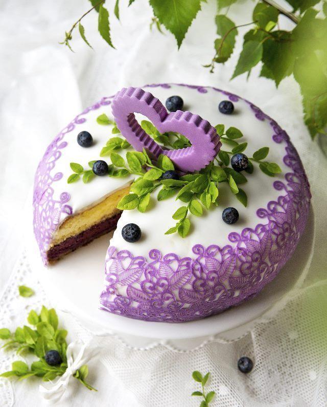 Tee pitsikoristeinen hääkakku. Bake a lacy wedding cake.   Unelmien Talo&Koti Ohje ja kuva: Sini Visa