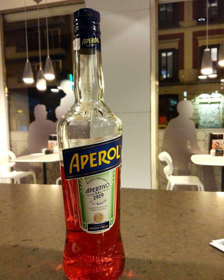 APEROL Es una marca de spritz. Que es una bebida típica italiana que en su origen se obtenía de la mezcla de agua con gas y vino blanco con los años la receta ha ido cambiando convirtiéndose en un auténtico aperitivo Aperol alcanzó la fama en 2008 tras una campaña publicitaria. #maestrosbeodos #beerlovers #beer #cerveza #birra #pivo #brew #bar #drink #beerstagram #cerveja #instabeer #aperol #spritz #aperitivo #drink #bar #cocktails #bartender #madrid