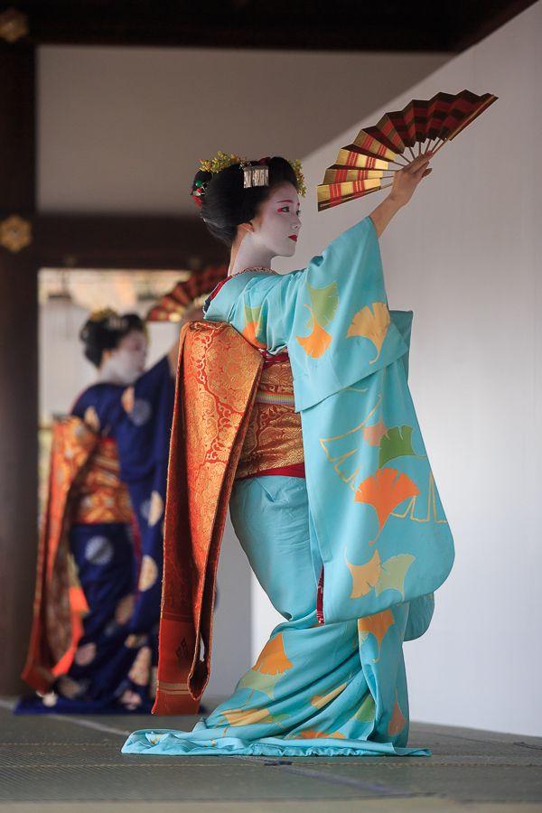 今年も上賀茂神社で催された、おこしやす ~きもので集う園遊会~に行ってきました。 上七軒の芸舞妓さんの接待でお茶をいただき、秋の一日を楽しんできました。...