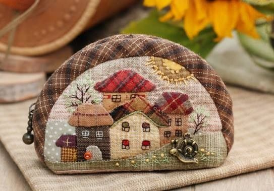 Appliquéd and Embroidered houses on a small purse by the talented Ольга Абакумова. http://lolenya.gallery.ru/watch?ph=S9K-fps6E