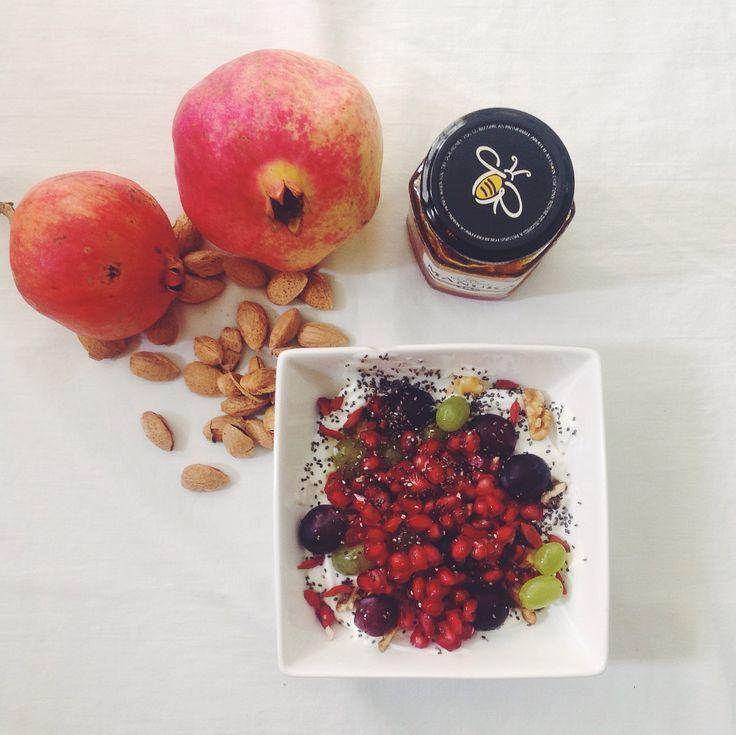 """Ρόδι - είναι η εποχή του! Στην ελληνική παράδοση ρόδι είναι σύμβολο γονιμότητας και αιωνιότητας, ενώ αποτελεί κι ένα από τα τρία """"ευλογημένα φρούτα"""" στο βουδισμό. Χρησιμοποιείται για θεραπευτικούς σκοπούς εδώ και αιώνες!   #breakfast #pomegranate #grapes #nuts #chia #goji #berries #greekyogurt #honey"""
