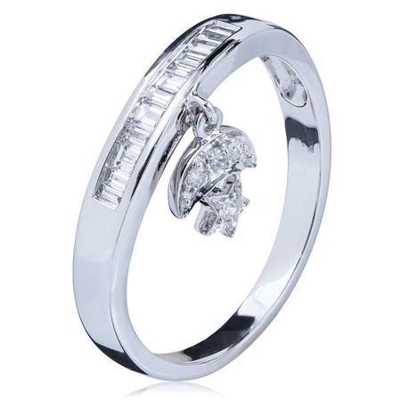 Eterno Luminoso!Os diamantes VS são de uma família mais do que especial! VS - em inglês Very Slightly Included - significa que, quando visto de um equipamento específico, o diamante possui pouquíssimas inclusões ou imperceptíveis. Inclusões são fissuras naturais das pedras preciosas. Quanto menos, maior a claridade e o diamante brilha mais! Aquele detalhe que faz toda a diferença: tenha diamantes VS1 e você nunca mais vai querer outros no seu porta-joias.* Em pedras, o anel possui 25 pontos…