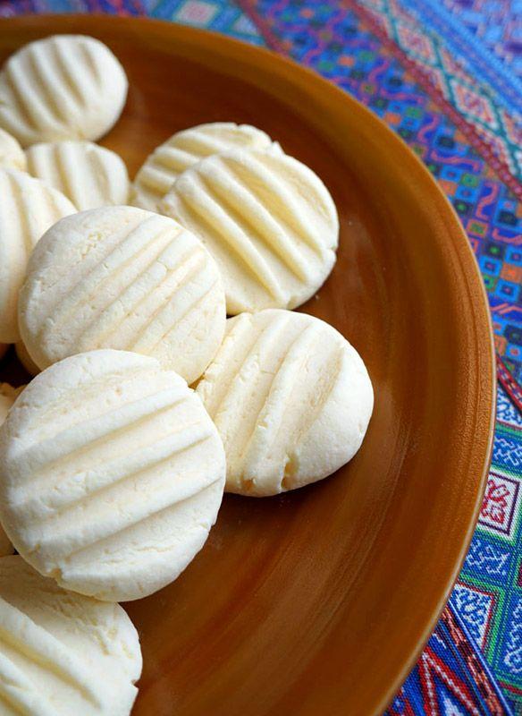 Estas galletas de leche condensada están elaboradas con maicena, un ingrediente que aporta una textura muy curiosa y un peculiar gusto, como con un punto etéreo. Pero lo que más importa, son fáciles, bonitas y ricas, así que apuntad el paso a paso y hacedlas en casa esta misma tarde :)