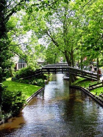 Giethoorn es un pequeño pueblo situado al norte de Holanda. Es un lugar increíble para visitar en primavera, verano o al comienzo del otoño, es un pueblito hermoso y tranquilo; lo curioso es que no encontraremos una sola carretera en sus alrededores, por el contrario, está conectada por vías y caminos fluviales y algunos senderos en bicicleta.