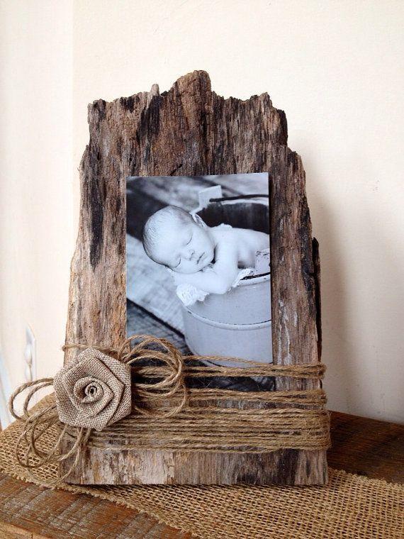 Un hermoso marco para fotos hecho con corteza de árbol y un toque lindo con hilo de mecate con aplicación de flor.: