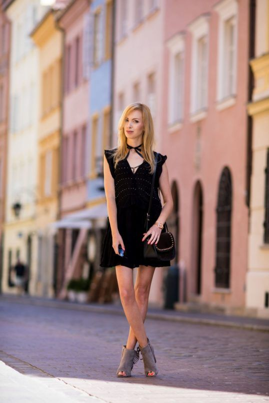 Charlize Mystery znana blogerka modowa na swoim blogu zaprezentowała modne botki z frędzlami (https://wojas.pl/produkt/23609/botki-damskie-6557-60) marki Wojas!