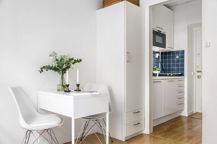 Plats för liten matplats med bord och stolar - Roomly.se inredning på nätet