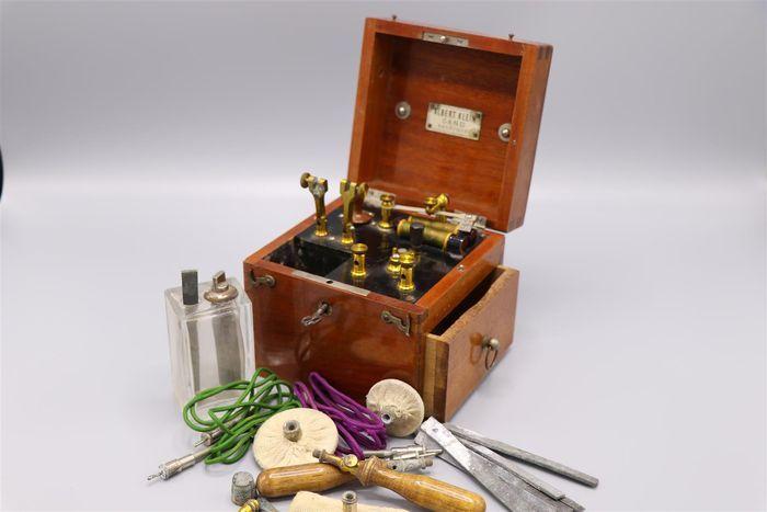 Elektrotherapie set uit 1898 vann Albert Klein Gand Belgique