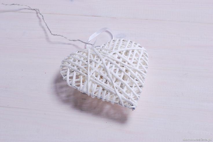 Białe wiklinowe serce, podświetlane od wewnątrz diodami LED. Zasilane z dwóch baterii AA. Dzięki zastosowanym diodom LED, ozdoba świeci przez całą zimę na jednym zestawie baterii. Idealna dekoracja w świątecznym klimacie. Piękny dodatek na choinkę...i nie tylko :)
