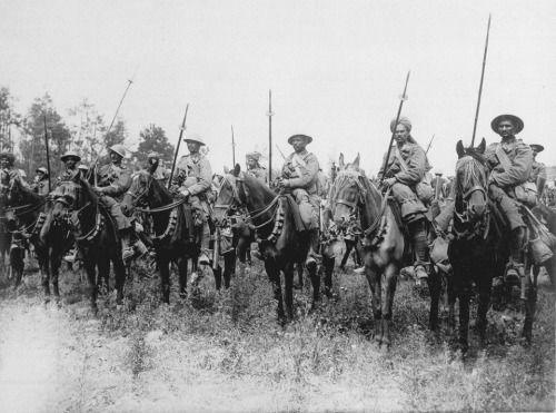 Индийская конница ждут приказа начать наступление на Сомме, 14 июля 1916.Эта фотография изображает 20-го Деккана лошади, часть 2-я Индийские  Кавалерийской дивизии, в Карной долину незадолго до своей неудачной  нападение на высокого дерева на 14 июля.