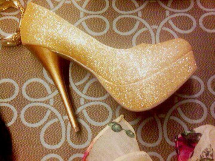 Zapatos dorados con brillo