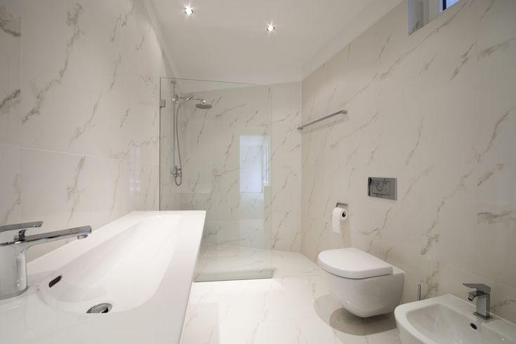 Marmer in de moderne badkamer met inloopdouche