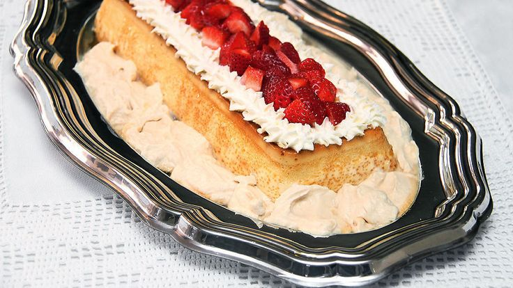 Dette er oldemors karamellpudding med pisket karamellkrem og friske bær. En nydelig hjemmelaget dessert til en hver anledning.