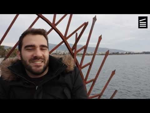 Oι νέοι μιλούν για Αγγελόπουλο  Συνέντευξη 2 με τον Αλέξανδρο Σκούρα, σκηνοθέτη. Ο Αλέξανδρος Σκούρας γεννήθηκε το 1981 στην Αθήνα και είναι απόφοιτος Οικονομικών και Πολιτισμικών σπουδών. Εχει σκηνοθετήσει 5 μικρού μήκους ταινίες και ένα ντοκιμαντέρ για την εκπομπή της ΝΕΤ «Εκτός των τειχών» (Αντανακλάσεις του Σεβάχ, 2011), σε συν-σκηνοθεσία με τον Αντώνη Γλαρό. Με την ταινία «Gran Partita» κέρδισε το βραβείο καλύτερης ψηφιακής ταινίας στο Φεστιβάλ Δράμας 2011.