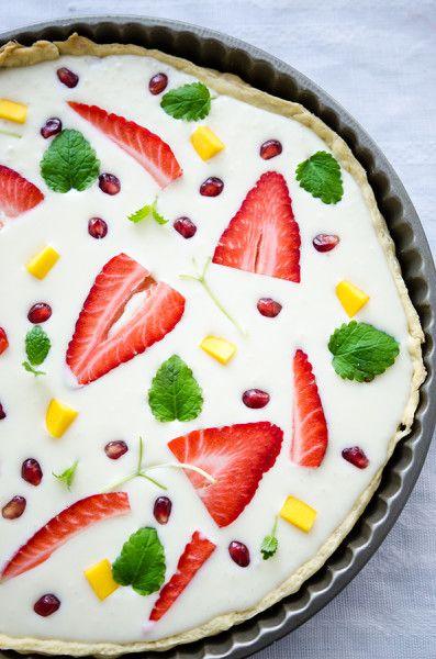 #white #chocolate #tart with #strawberries and #mango Tartă cu ciocolată albă și fructe - KissTheCook