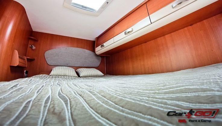 Ilość miejsc do spania – 6 Podwójne łóżko opuszczane – 1400 x 1900 mm (2 os) Łóżko przednie – 1300 x 2000 mm (2 os) Tylne łóżko poprzeczne – 1400 x 2070 mm (2 os)
