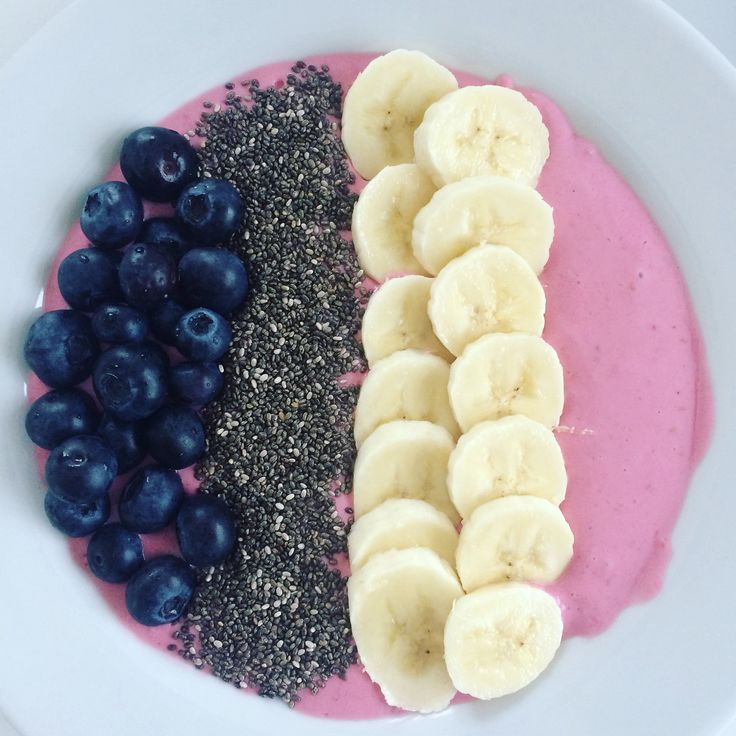 Smoothie bowl 😋 with raspberries, Greek yogurt and then top with blueberries and a banana and chiaseeds ✌🏼