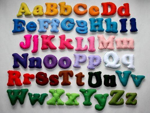 Alphabetisiert Riechen, Schmecken, Hören, Sehen und Anfassen – Mit allen Sinnen zu lernen tut Kindern nachweislich gut. Die Filzbuchstaben von MiChiMa sollten also, dank Regenbogenfarben und Knautschfreundlichkeit, das ABC erlebbar und somit leichter einprägsam machen. Wenn Farbcodierung und Ertasten dann den nächsten Star-Literaten hervorgebracht haben, dient das schmucke Alphabet sicher auch zur Raumdekoration.