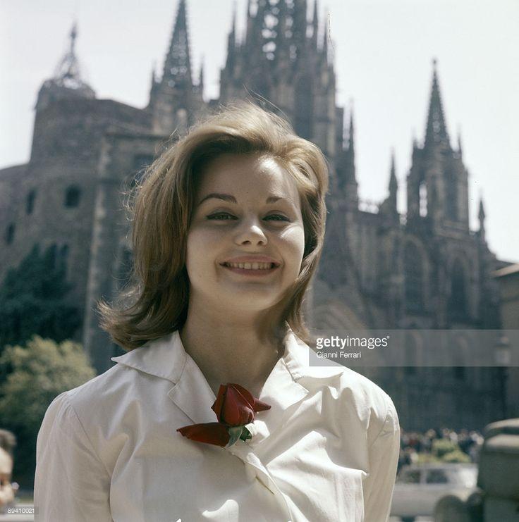barcelona-catalonia-spain-portrait-of-the-singer-rocio-durcal-picture-id89410021 (1017×1024)