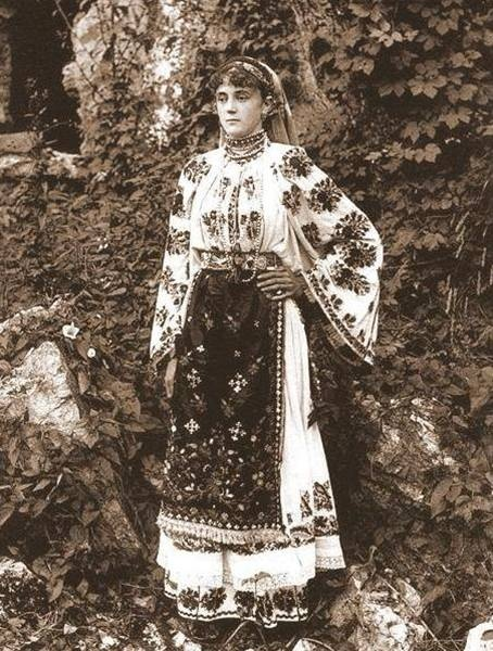Traditional romanian costume from Dambovita, Muntenia
