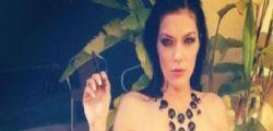 Adrianne Curry senza veli  in bagno : Il mio corpo è un'opera d'arte