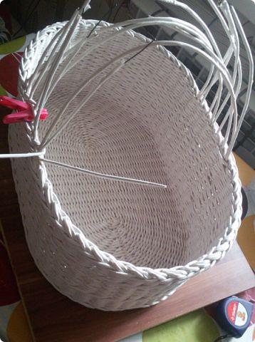 Приветствую всех, кто заглянул ко мне в гости! Покажу вам сегодня корзину для пикника. Размер 44х26х17. Бумага газетная. ширина полосы 10.5 спица 1,5 мм. Крашено краской для ткани, цвет идентичный вм эбеновое дерево, немного белой патины. фото 10