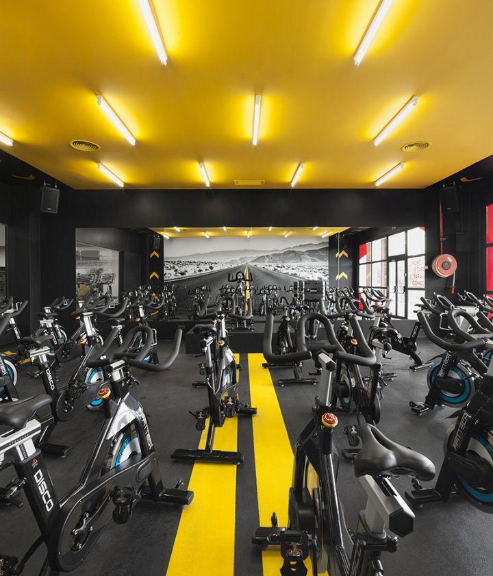 Желтый потолок в фитнес-клубе