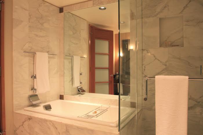 Empêcher la formation de buée sur le miroir de la salle de bain