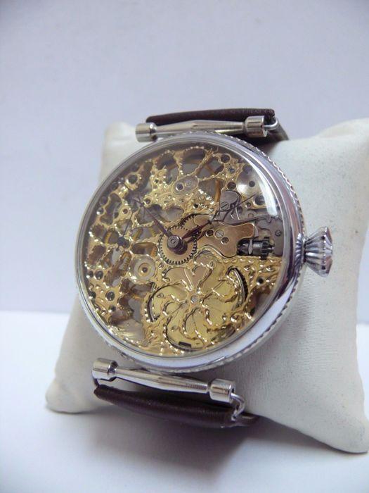 Zenit - skelet - mannen polshorloge-1920-29  Zenit - skelet - mannen polshorloge-1920-29Dit prachtige horloge heeft de oorspronkelijke hoogwaardige gold-filled zak horloge beweging '' ZENITH ''. In een uitstekende status die goed werd opgeslagen gezien de leeftijd van dit horloge en is daarnaast bijgewerkt en gegraveerd door de vakman. Elk onderdeel van het mechanisme elke millimeter die is versierd door een prachtige magische ornament. De bruggen moeten bovendien uitgebreide skeletonization…