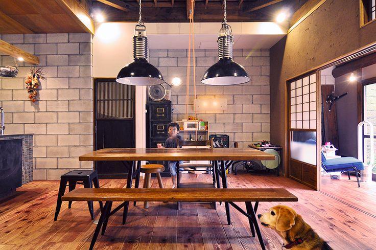 日本家屋にコンクリートブロックの壁が新鮮な組み合わせ。ダイニングテーブルには武骨なインダストリアルデザインのライトが2灯、70年代フランスPhilips社製。その下はイルマリ・バピオヴァーラのテーブルとベンチのセット。