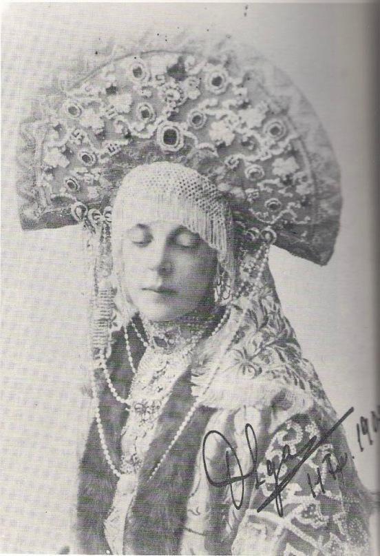 Кокошники из коллекции Натальи Шабельской Замужним женщинам в России полагалось закрывать волосы - чтобы не сглазили. Поэтому они носили закрытые головные уборы - кокошники. К очелью обычно крепилась налобная сетка из жемчуга или рубленого перламутра. Кокошники делали из дорогих материалов - шелка, бархата, парчи и украшали жемчугом, позументом, камнями, а также вышивкой золотыми нитями.