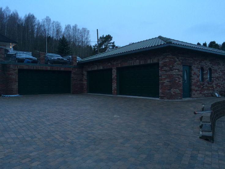 Garasje på over 200 m2 med plass til 8 biler inne i garasjen og 6 biler over garasjen.