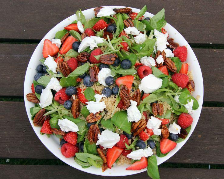 Ein Traum für jede Grillparty! Sommersalat mit Beeren und Couscous. Das Rezept findest Du auf honeyfarm.de berries, Summersalad, salad, Ziegenkäse, Paranüsse, einfach, schnell, Frischkäse, Blattsalate, Strayberries, Erdbeeren, Blueberries, Blaubeeren