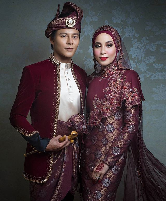 Instagram media by blackpepperproduction - #Repost @rizmanruzaini ・・・ NAZIM OTHMAN and BELLA DALLY in a custom marron royal songket by #rizmanruzaini @nazimothman @belladally #bridesbyRR gorgeous #makeupby @sheila_mohamad #photography @blackpepperproduction #blackpepperproduction #nazimxbella