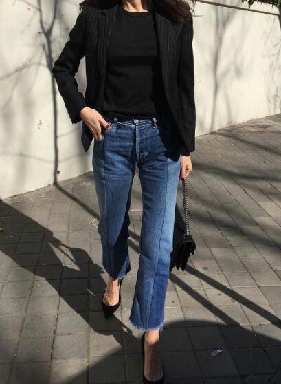 Zwart truitje, zwarte blazer, boyfriend jeans en zwarte pumps