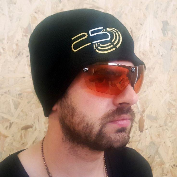 Czapka skutecznie chroniąca głowę przed chłodem i wiatrem. Wygodne płaskie szwy oraz logo umieszczone z przodu, boku i tyłu czapki