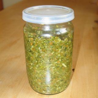 Zeleninu: 1000g mrkve, 1000g petržele, 400g celeru, 700g cibule, 50g česneku, 150+150g celer. + petržel. natě, pomeleme na masovém mlýnku a promícháme s 700 g soli (nejlépe mořské). Plníme do menších sklenic se šroubovacím víčkem. A máme hotovo.