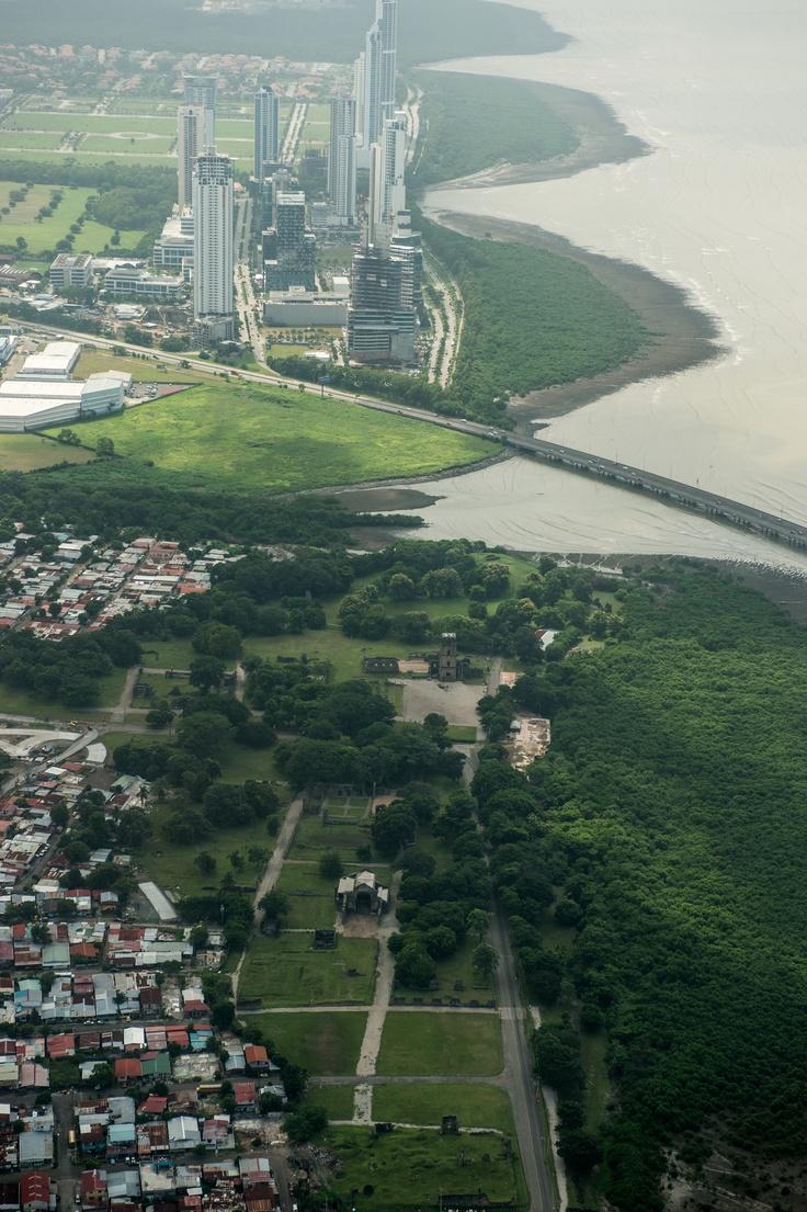 Contraste, Ruinas de Panamá La Vieja, y la Ciudad Moderna al fondo.