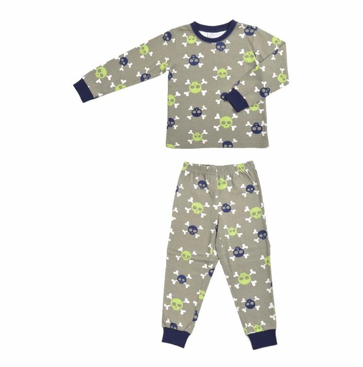 Pijama de pantalón y manga larga en color verde olivo para niño. Con estampado de calaveras en colores azul oscuro y verde fosforescente.